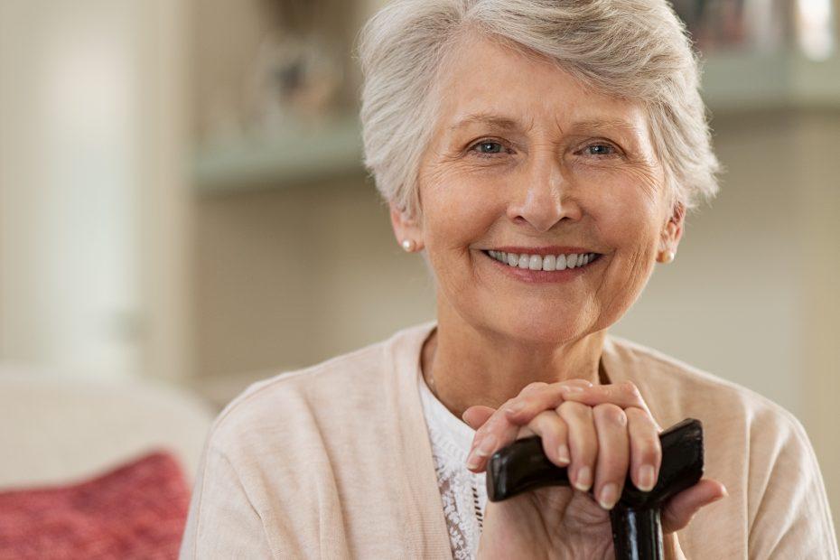 Ältere Frau lächelt in die Kamera.